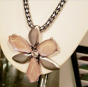 Jewelry - NWOT Unique flower necklace